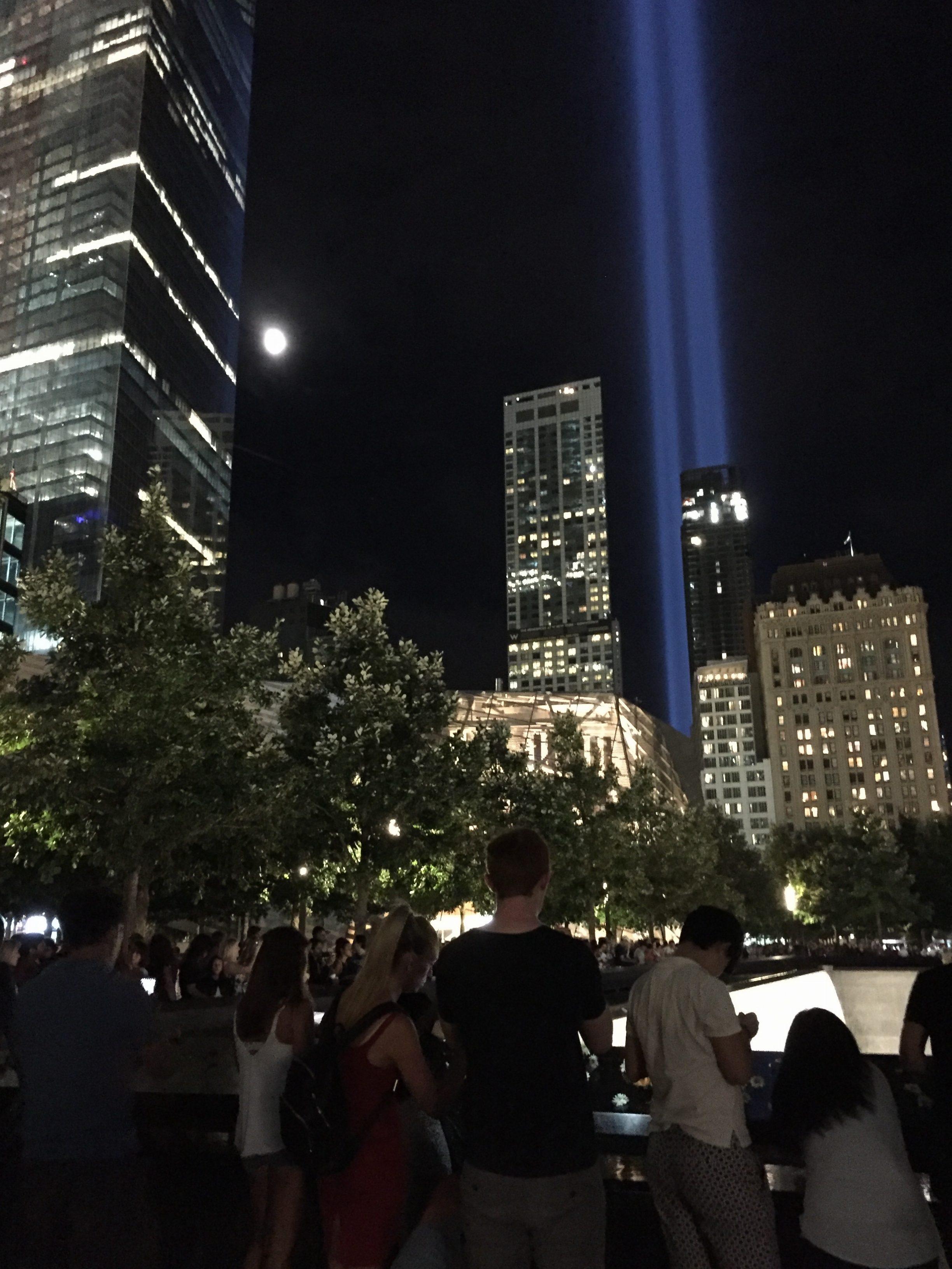 犠牲者の名前が書かれた慰霊のモニュメントには花や国旗が捧げられ、夜遅くまで多くの人が訪れた。