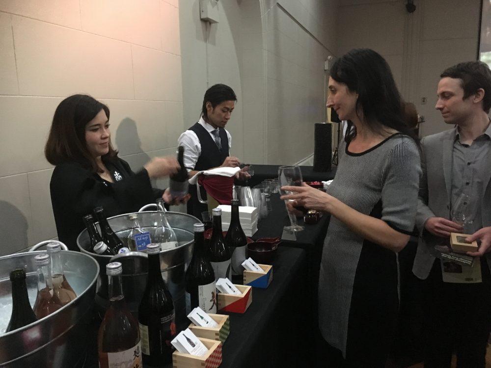 大吟醸から純米酒や梅酒など様々な種類の地酒を楽しむ参加者