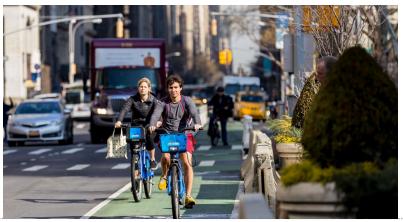 自転車専用レーンを走るCitiBike(ニューヨーク市HP掲載資料)