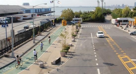 緑色に舗装された自転車専用レーン(ニューヨーク市HP掲載資料)