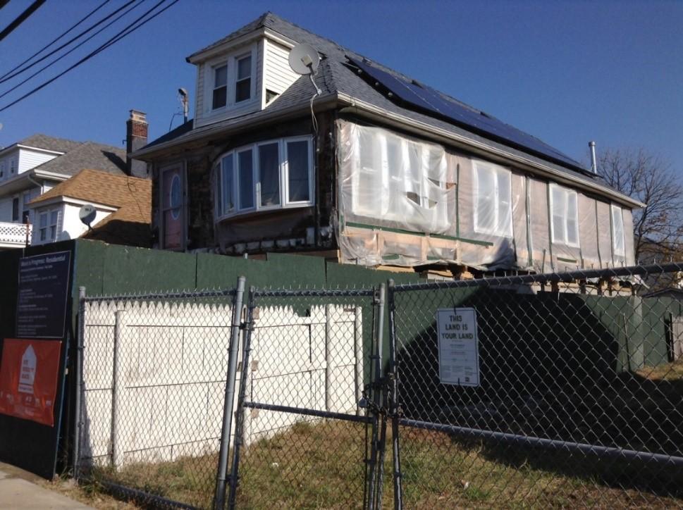 二ブロック離れているところに、何ヶ月も手放しされたといわれている もう一つのビルド・イット・バックの工事現場